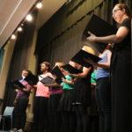 Chorsänger stehen und singen Lied